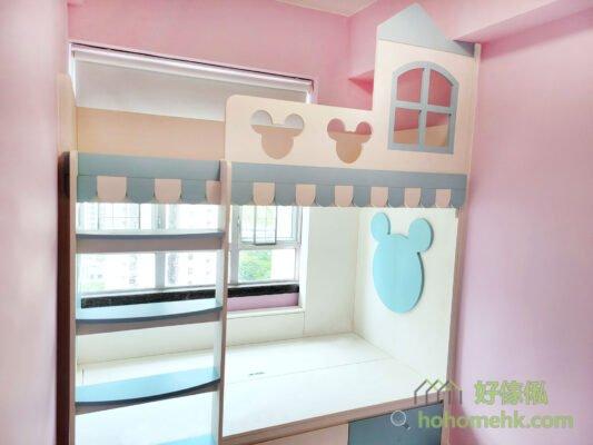 下格床的床頭和上格床的圍欄都有米奇老鼠形狀的裝飾,下格床是凸出去的圖案,而圍欄則是鏤空的設計,風格一致又不會單調