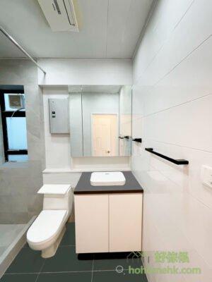 這次用的是三門鏡櫃,左右兩邊是較窄身的儲物空間,最適合擺放女士們的護膚品。而中間很闊的空間,儲存牙膏牙刷等存貨都夠位
