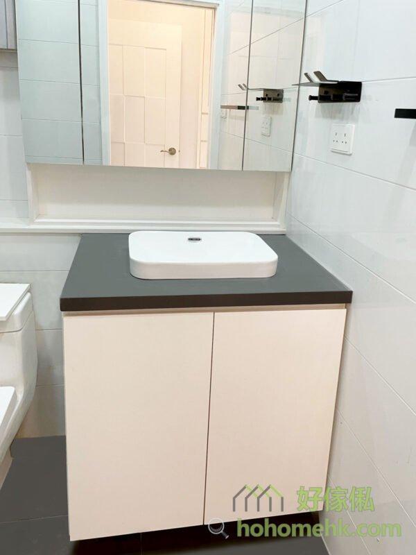 浴室櫃不只可以把洗手盆下方的渠管隱藏起來,亦增加了一些儲物空間,平時洗廁所要用到的清潔劑、廁紙存貨等日用品通通可以收進浴室櫃裡,不用到處擺放而令廁所顯得亂糟糟了。