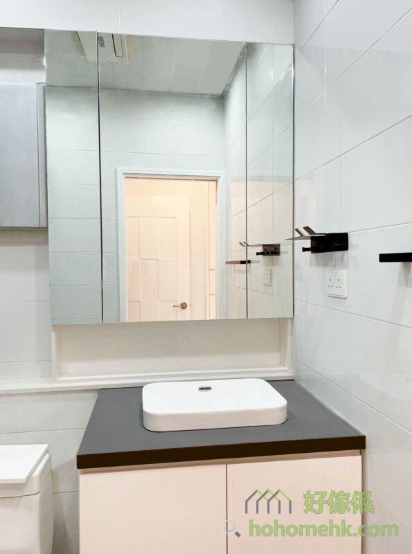 炭灰色的檯面石,好看之餘,也不易污糟,打理也比較方便。暖白色的櫃身,柔和了冷白色磁磚的冰冷,令到客人使用時更加有「家」的感覺