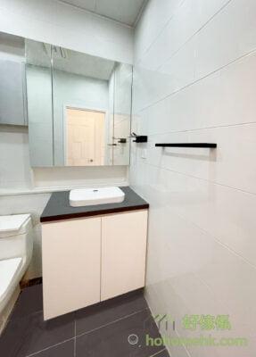 懸空式設計的浴室櫃,刷牙和洗臉時,即使整個身體要靠近洗手盆,也不怕頂腳了,自然用得更加舒適