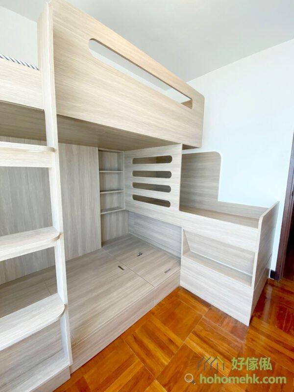 房間有一個凹位,這個凹位可以讓下格床、中間層和最高層擁有床頭櫃,中間層在凹位加些掛勾或層板就可以擺放很多物品了