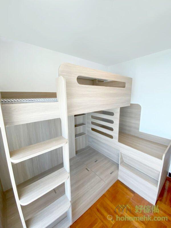 利用在床上的活動高度需要的落差,在下格床的床尾以L形地做中間層的床頭,然後第三層就在第一層之上,同時借用中間層的一小部份空間